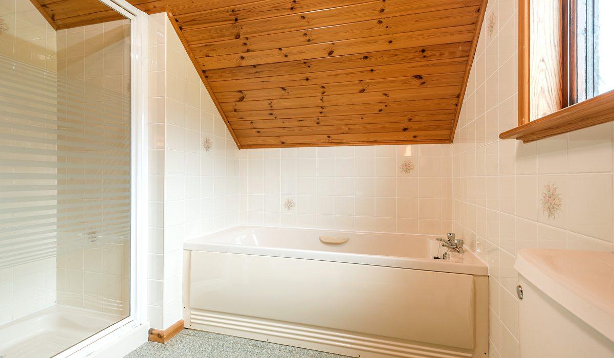 E31 Tamarisk - Upstairs Bathroom 2