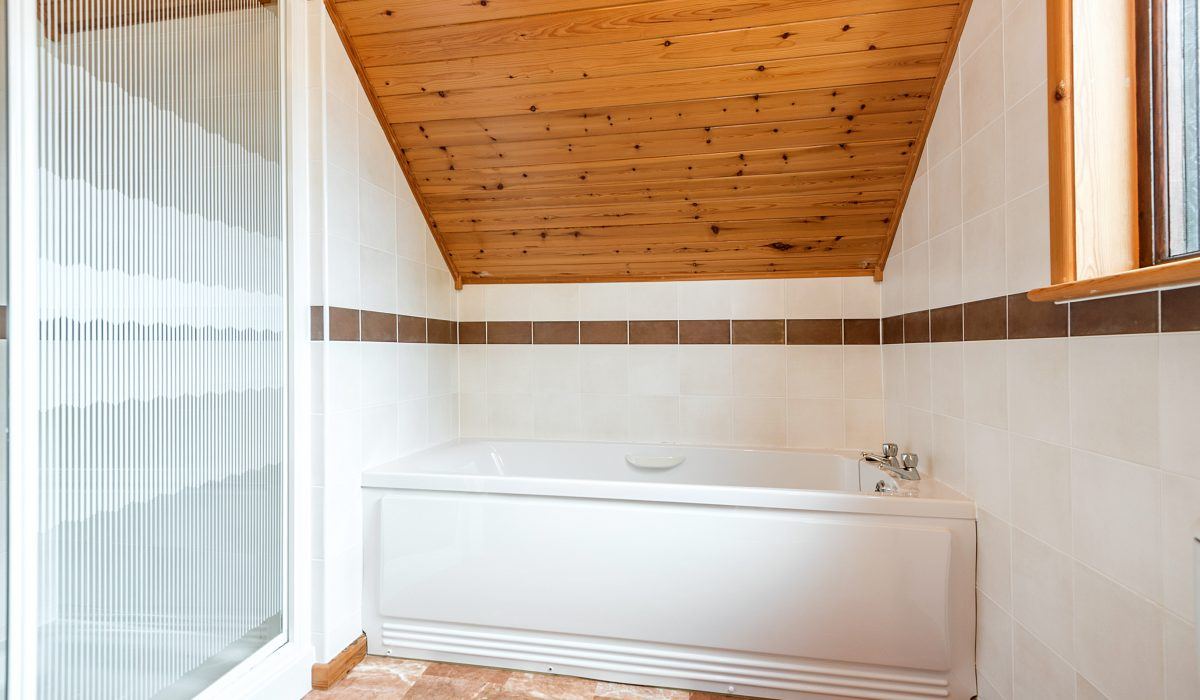 E26 Trelissick - Upstairs Bathroom 2